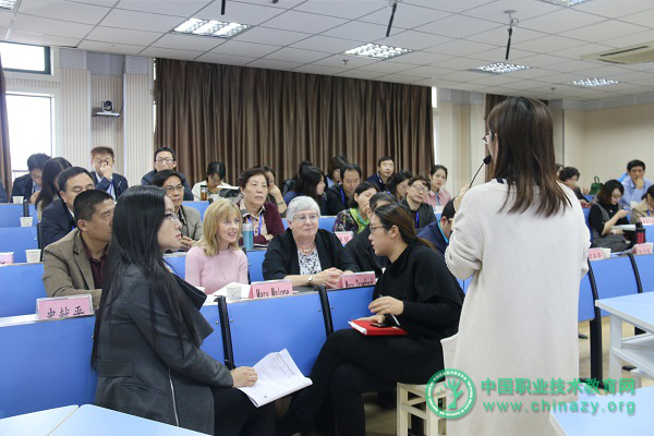 调研组听取公开课和专家评课.png